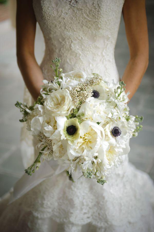 white bouquet with dark-centered anemones | Sposa Bella #wedding