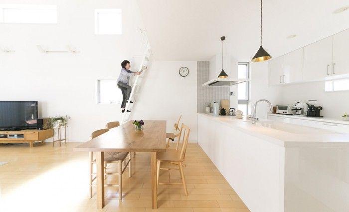 ロフトのある開放的な空間に、南側の窓から光が差し込む。明るい色の床に、ボーエ・モーエンセンなどの北欧の家具が似合う。
