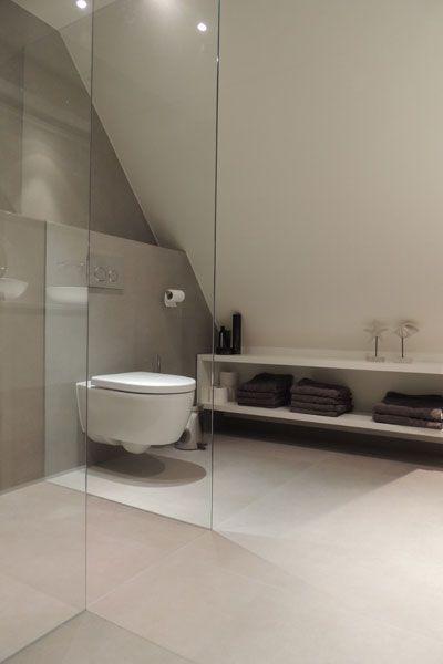 Badkamer op zolder met natuurstenen vloer - via Nieuwenhuizen natuursteen