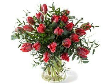 Valentijnboeket Passie  Tulpenboeket met naast tulpen eucalyptus en divers bladmateriaal. Verkrijgbaar bij www.bloemenweelde-amsterdam.nl