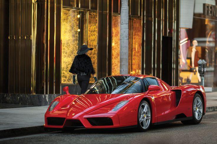 2003 Ferrari Enzo : La Enzo ferrari, souvent, a tort, appelée Ferrari enzo, est une supercar du constructeur automobile italien Ferrari, pourvue d'un moteur V12 de 660 chevaux, inspirée de l'univers de la Formule 1 et construite à 400 exemplaires entre 2002 et 2004.