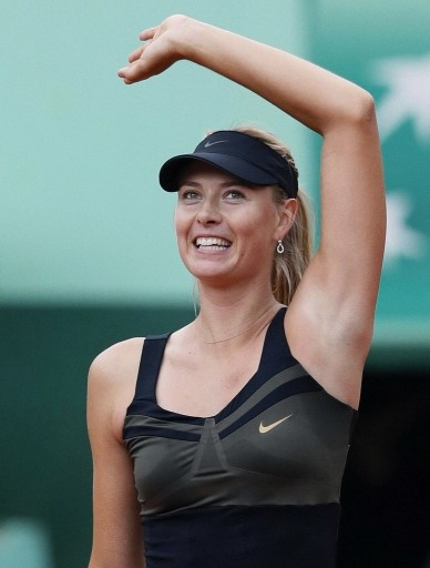 全仏オープンテニス2012(French Open 2012)、女子シングルス準々決勝。試合に勝利し、観衆の声援に応えるマリア・シャラポワ(Maria Sharapova、2012年6月6日撮影)