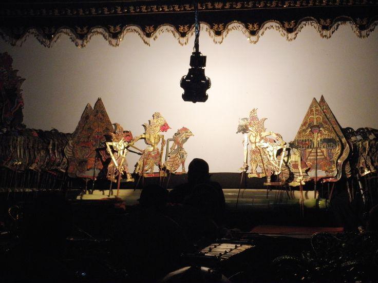 Wayang kulit adalah seni tradisional Indonesia yang terutama berkembang di Jawa. Wayang berasal dari kata 'Ma Hyang' yang artinya menuju kepada roh spiritual, dewa, atau Tuhan Yang Maha Esa. Ada juga yang mengartikan wayang adalah istilah bahasa Jawa yang bermakna 'bayangan', hal ini disebabkan karena penonton juga bisa menonton wayang dari belakang kelir atau hanya bayangannya saja. Wayang kulit dimainkan oleh seorang dalang yang juga menjadi narator dialog tokoh-tokoh wayang, dengan…