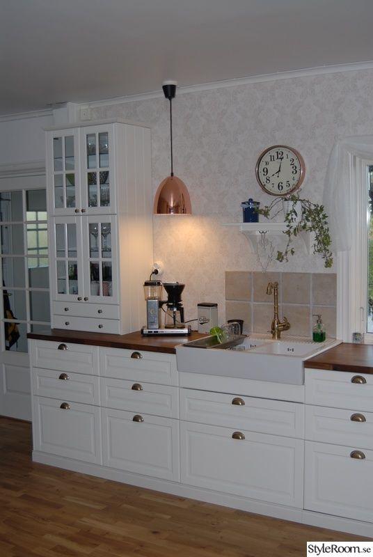 Köket byts ut, det är slitet och inte helt praktiskt. Det nya köket blir på två väggar, innan var det bara kök på en vägg. Det blir ett vitt Bodbyn kök med handtag i mässing och bänkskivor i valnöt. Ett hörnskafferi ska platsbyggas och ett nytt golv ska läggas in. Taket ska målas och väggarna ska...