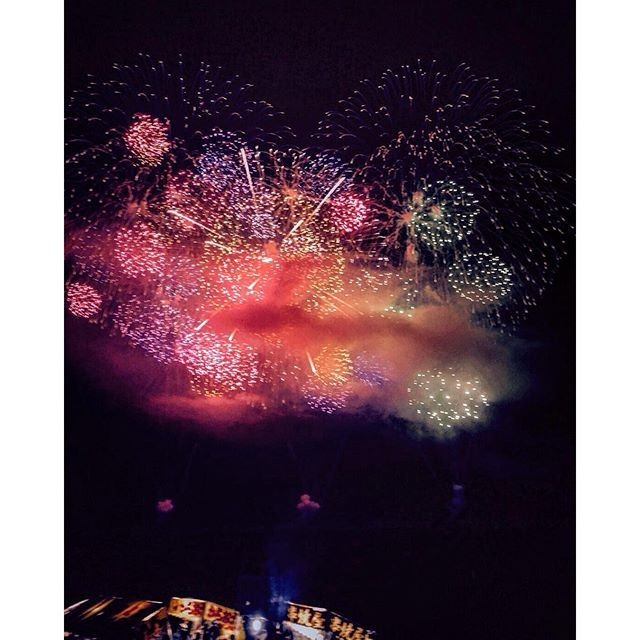 Instagram【oso_russia】さんの写真をピンしています。 《お母さんから写メ😊❤️花火大会のフィナーレだなこりゃ✨🌟#日本#花火大会#花火#夜#夜空#秋#祭り#屋台#写真#夜景#景色#japan#fireworks#festival#night#view#sky#picture#stand#япония#фейерверк#фестиваль#шоу#вечер#небо#вид#красота#осень#風物詩》