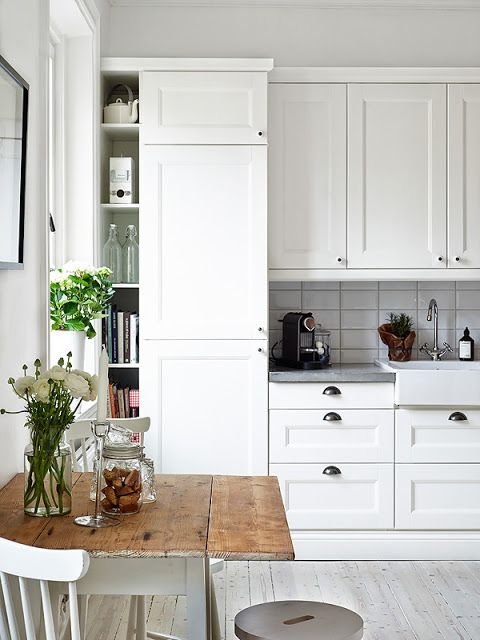 Sea of Girasoles: Interior: flat in Sweden - white white kitchen with gray countertops