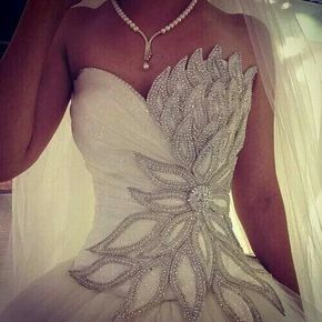 I don't really like strapless wedding dresses... But this is wow!