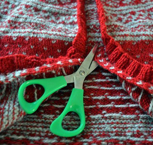 Mange gir uttrykk for bekymring og en smule engstelse over å klippe i strikketøy. Og det hindrer jo mange i å lage mønstrestrikka jakker til...