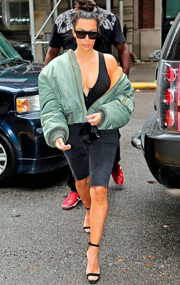Kim Kardashian. O combo bermuda + maxi bomber é favorito da Kim Kardashian. Inspiração das boas para os dias de preguiça fashion, não?