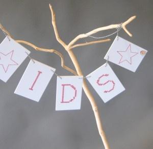 Houten Geboorteslinger jongen-wooden garlande to celebrate birth of a boy (light-blue with red cross-stitching