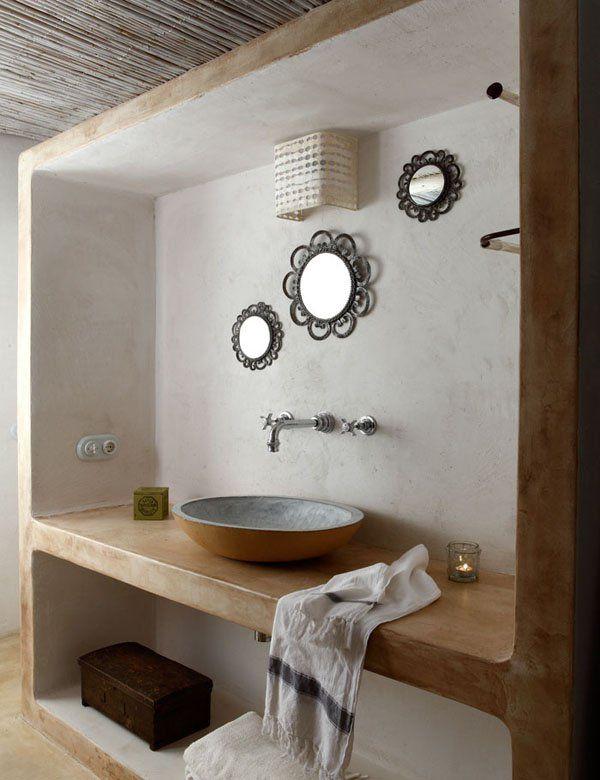 Idea principale dello spazio adibito al lavandino: incavato nella parete, a lato opposto della zona doccia.