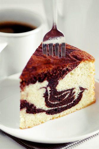 """Και όμως στην παρασκευή των κέικ δεν υπάρχει κάποιο """"μαγικό μυστικό"""" που θα σας βοηθήσει για να φτιάξετε το αφράτο και ομοιόμορφο κέικ που ζηλεύετε, το μόνο που πρέπει να κάνετε είναι να ακολουθήσετε κατά γράμμα του """"χρυσούς κανόνες"""" και το κέικ σας θα γίνει απλά τέλειο και νόστιμο!"""