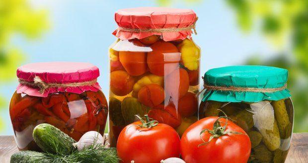 Na zimu si zvykneme z letní sklizně zavařovat čalamády nebo kyselé okurky. Zkuste nyní odložit osvědčené recepty bokem a připravte si něco mnohem komplexnějšího a chutnějšího. Například takový fantastický nakládaný salátek, který Vám rozjasní zimní večery vzpomínkou na teplé léto. Co budete potřebovat? 1 kg okurek 1 kg rajčat 1 kg paprik 1 kg cibule …