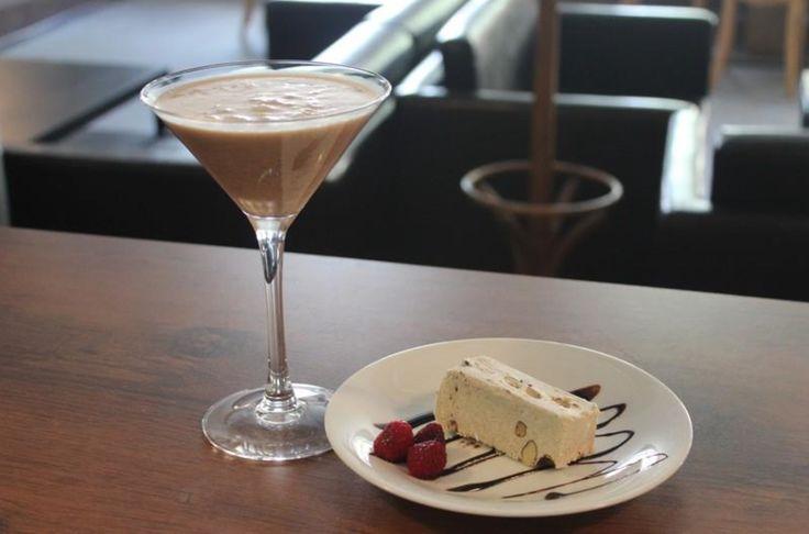 26. All Star Klubokawiarnia / Piotrkowska 217 / SOBOTA GODZINA 10 – kakao w wersji dla dorosłych, czyli czekoladowe martini oraz domowa chałwa z bakaliami. Dlaczego sobota godzina 10:00? Mimo że zdecydowaliśmy się dodać alkoholowy twist do smaku kakao, który kojarzy nam się z dzieciństwem, to właśnie weekendowe przedpołudnia były czasem na kakao i słodycze.