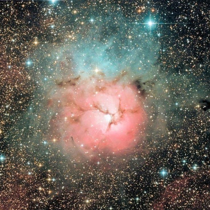 Imagen de la Nebulosa Trífida, también conocida como M20, Messier 20 o NGC 6514. Esta nebulosa, descubierta en 1750 por Le Gentil, fue añadida por Charles Messier a su catálogo en 1764. Está ubicada en la constelación de Sagitario a una distancia de 5.200 años luz.    Crédito: DSS/ Giuseppe Donatiello