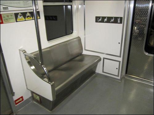 【首尔地铁图中文版】在韩国,尊老爱幼是非常普遍的。就连地铁上也有专门的老人专座,并附韩文的专门提示。翻译过来就是。这里的7个座位比其他地方受风的影响低,夏季的时候温度比其他位子高2度。要不要这么细心啊~~~!http://www.hanguoyou.org/public/traffic/main/2