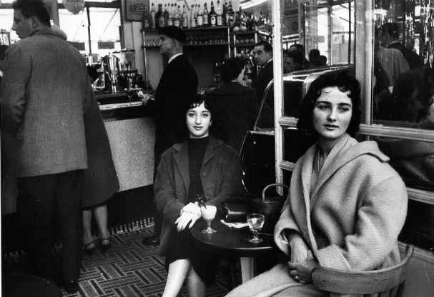 """""""Les meilleures amies"""", Paris 1957 by Robert Doisneau."""