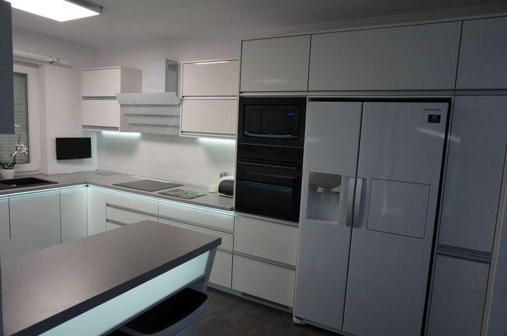 Nowoczesne meble kuchenne z oświetleniem ledowym. #meblekuchenne #kuchnia #led #białakuchnia #meblenawymiar #filmarmeble #swiebodzin #lubuskie #wnętrza #furniture #kitchen #interior #zobal #homedecor #design #rgb