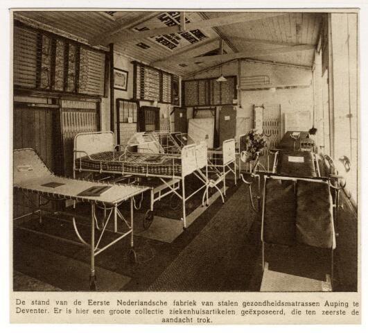nterieur van de monsterkamer van de Eerste Nederlandsche fabriek van stalen gezondheidsmatrassen Auping te Deventer, op het terrein van de eerste Jaarbeurs te Utrecht. 1917