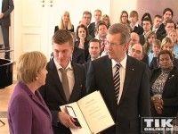 Toni Kroos wird von Angela Merkel und Christian Wulff mit dem Silbernen Lorbeerblatt geehrt 2010
