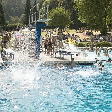 Sommer, Sonne, Wasserbad. Im beheizten #Freibad in #Usseln garantieren die #Wasserrutsche, die zwei Sprungtürme und das Beachvolleyballfeld Spaß für die ganze Familie.   Foto: willingen.de