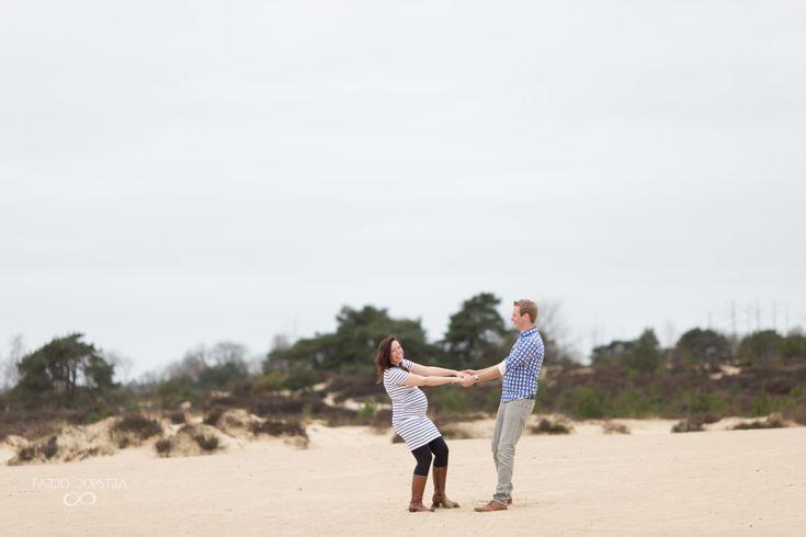 Het natuurgebied bood ruimte genoeg voor een beetje gek doen.Zwangerschapsfotografie | Maternity | Pregnancy | Photo shoot | Drenthe | Appelscha |Zwangerschapsfotograaf