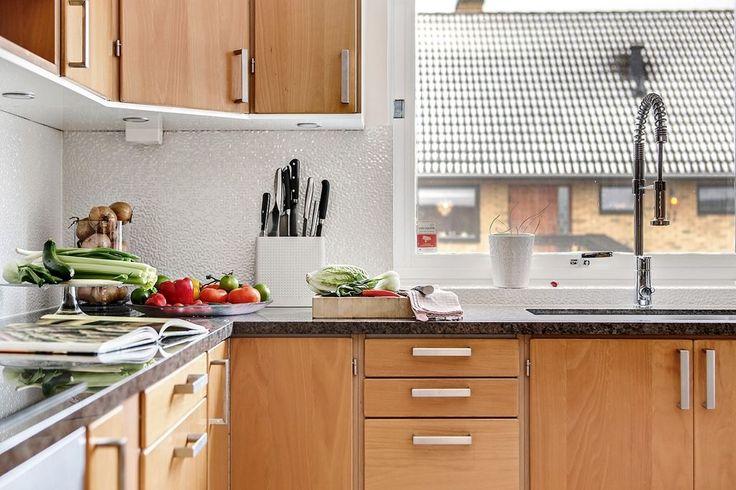 Uppdaterad interiör med nya granitbänkar. Björnbärsgatan 32 - Bjurfors