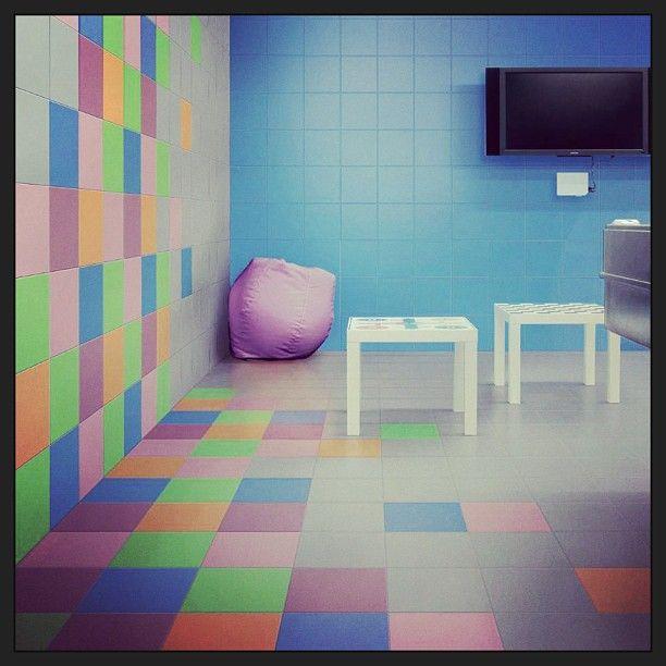 Τα 20Χ20 πλακίδια σε ποικίλα χρώματα επενδύουν ένα παιδικό σταθμό  #kypriotis #kipriotis #plakakia #anakainisi #athens #ellada #greece #hellas #banio #dapedo