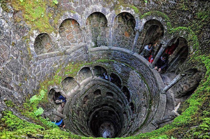 The Inverted Tower - Sintra, Portugal - las niveles representan las niveles del infierno de Dante.