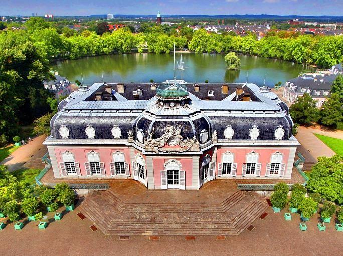 Schloss Benrath, gelegen in Düsseldorfs Süden, beherbergt drei Museen: Im Museum für Europäische Gartenkunst können Besucher auf rund 2000 Quadratmetern Fläche unter anderem Plastiken, Gemälde und Graphiken ansehen. Geführte Besichtigungen gibt es im Corps de Logis, dabei wird das frühere Leben in diesem Gartenschloss näher gebracht. Im Museum für Naturkunde steht die Naturgeschichte am Niederrhein und im Bergischen Land im Mittelpunkt. Besonders schön ist der große Schlosspark, in dem man…