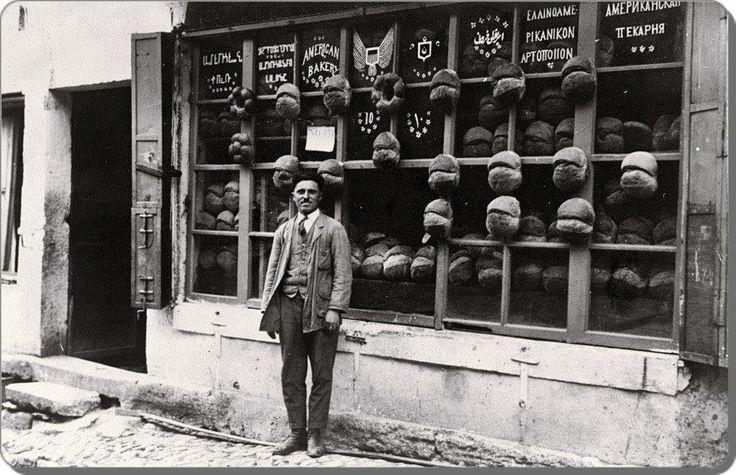 Vitrinde altı farklı dille hizmet veren bir fırın / Ortaköy - 1922
