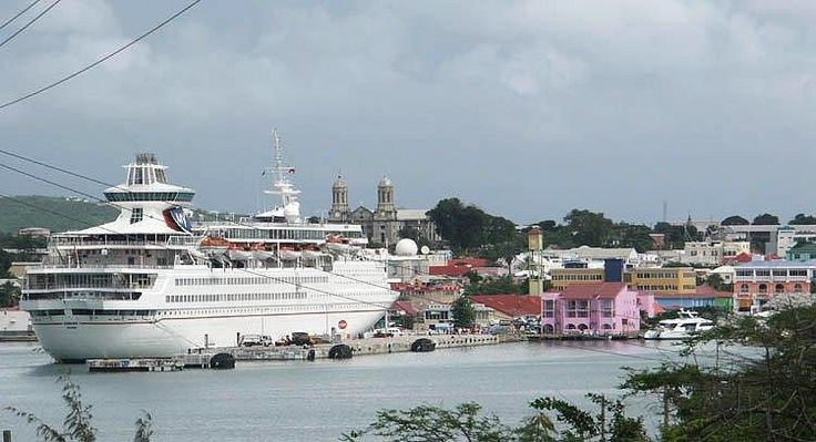 Круизный лайнер в порту Антигуа, Карибы.