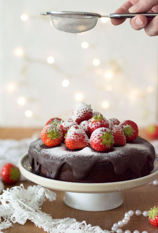 Een MAKKELIJK recept voor een heerlijke PURE chocolade taart. Een smeuïge taart met een heerlijke laag pure chocolade ganache erover.