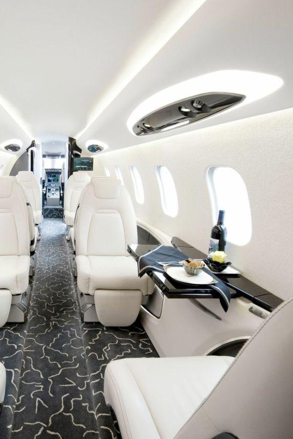 les canapés en cuir blanc , avion privé, intérieur de luxe, richesse