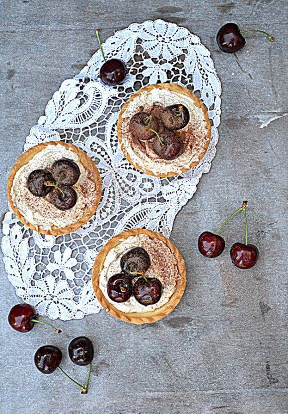 Tarty z kremem tiramisu na winie i czereśniami