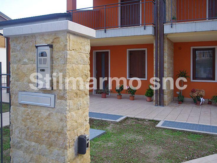 Rivestimento di una recinzione esterna in Spaccatello di marmo naturale Giallo Reale h. cm. 10 x lunghezze variabili x spessore cm. 1,6/2. Dettaglio dell'angolo - Made in Italy