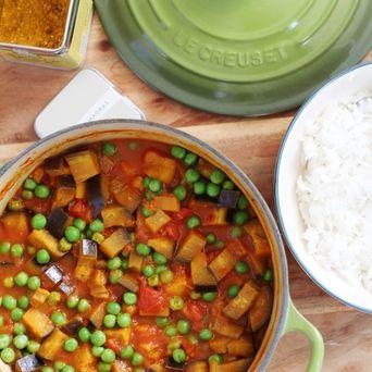 Deze stevige Indiase curry zit bomvol goede ingrediënten: tomaten, pompoen, aubergine en doperwtjes. Lekker op smaak gebracht met kokosmelk en Original Spices Curry Madras.