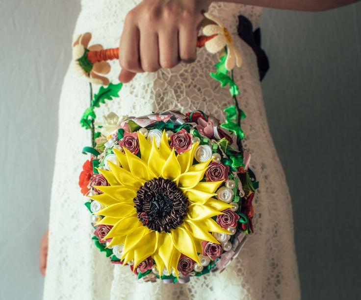 Il Bouquet Borsetta Girasole è il tipico esempio di originalità per un matrimonio country... ma non solo :-) Questo bouquet è in pronta consegna, in outlet al 30% in meno rispetto al suo reale costo!!! www.bouquetalternativi.it info@bouquetalternativi.it  #bouquetalternativi #unusualbouquet #bouquetsposa #bouquet #bouquetalternativo #bouquetparticolare #bouquetfattoamano #bouquetsposa #bouquetrose #bottoniera #bouquetbottoni #fioribouquet…