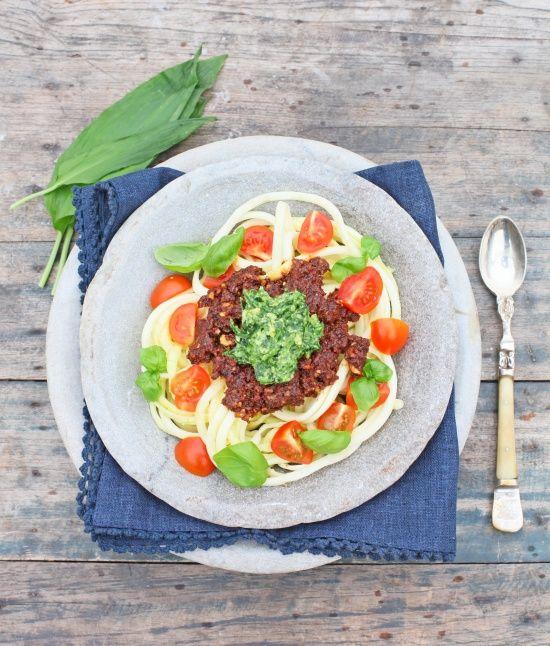 Squash spagetti with walnut sauce and pesto