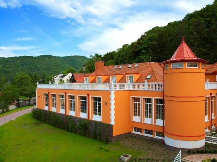 Dunai panorámás wellness szálloda Esztergom központjától mindössze néhány kilométerre. A Hotel Bellevue a négycsillagos pihenést kiváló wellness és konferencia szolgáltatásaival biztosítja. Remek ételek, gyönyörű építészeti megoldások segítenek kiszakadni a szürke hétköznapokból.