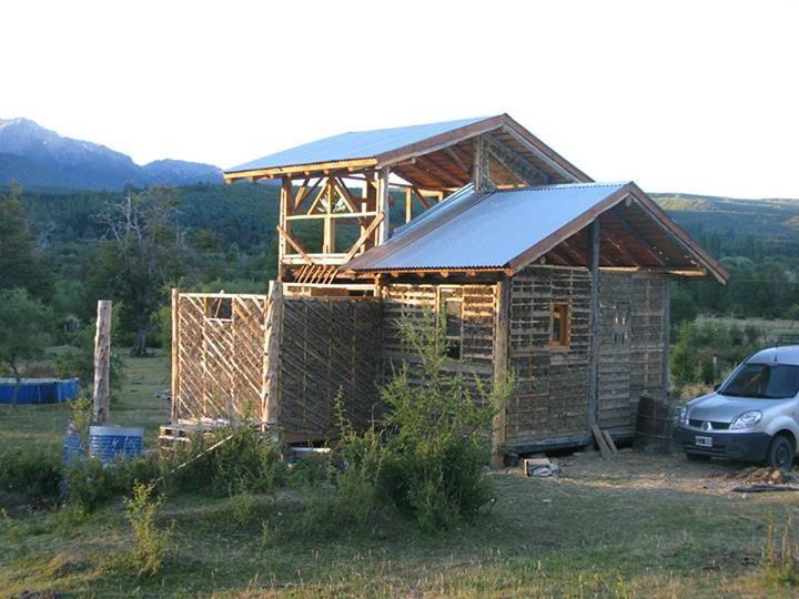 Construcción sustentable! Avances de las paredes rellenas con mezcla de arena, paja y arcilla. Construcción Natural en Mallín Ahogado, Patagonia.