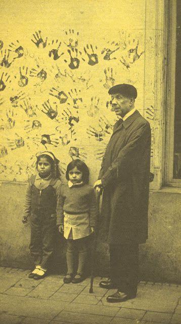 Borges todo el año: Jorge Luis Borges: Cuento - Retrato de Borges junto a niñas de una escuela Foto periodística década del 60