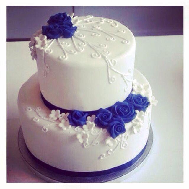 En av sommerens blå bryllupskaker. Dette er en vaniljebunn fylt med bringebærkrem. Pris 2900,-