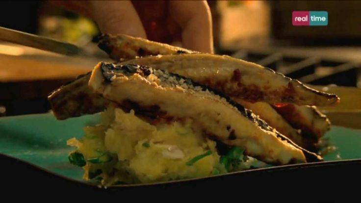Cucina con Ramsay # 42: Sgombro al forno con aglio e paprica E' delizioso, economico e non è un pesce a rischio di estinzione. Servito con questa vinaigrette spagnola, sarà un successo assicurato. INGREDIENTI: 2 spicchi d'aglio sbucciati 2 cucchiaini di paprica 1 cucchiaino di sale Olio di oliva 8 filetti di sgombro con la pelle 450 gr. di patate...