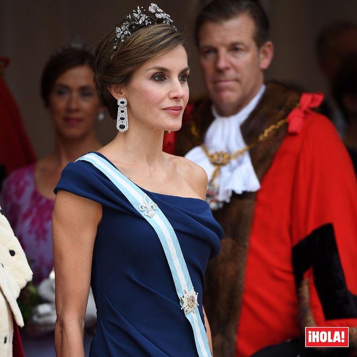El alcalde de la City de Londres, Andrew Parmley, ha brindado una cena en honor a los Reyes de España en el salón del Guildhall. Una cita de máxima etiqueta en la Doña Letizia ha lucido un bonito vestido drapeado azul tinta de manga asimétrica. #letizia #felipe #reyes #andrewparmley