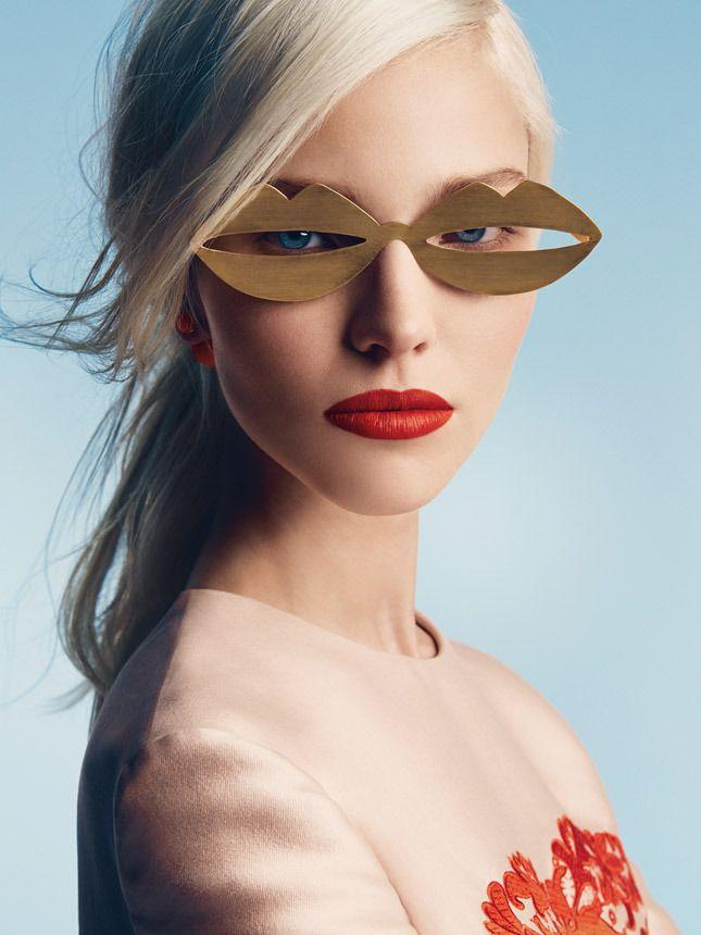 Шелковое платье с аппликацией из кружева, Stella McCartney; металлические очки, JC de Castelbajac; пластиковая серьга, Dior