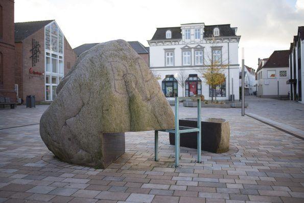 #Meldorf Mit einfachsten künstlerischen Mitteln schuf der Bildhauer ein Werk, das geschickt mit den Gegensätzen spielt: Innen und Außen, Schwere und Leichtigkeit, Massivität und Offenheit, Natur und Kultur.
