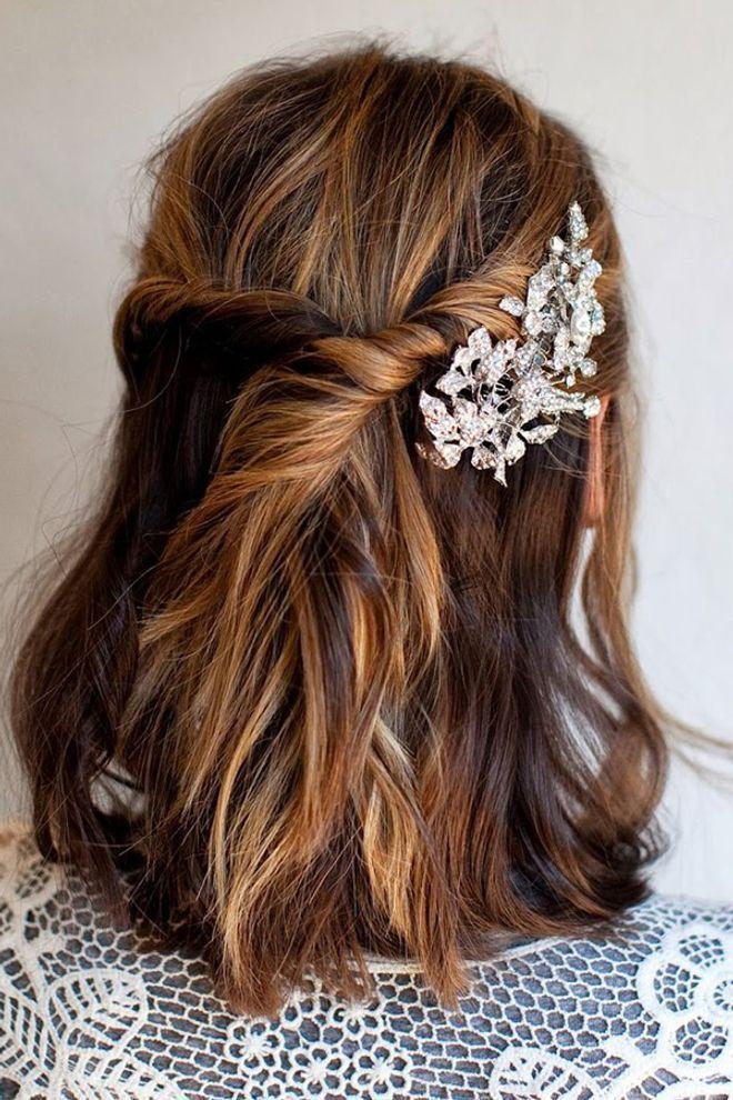 Hochzeitsfrisur Fur Halblanges Haar Mit Haarschmuck Hochzeitsfrisuren Brautfrisur Haare Hochzeit