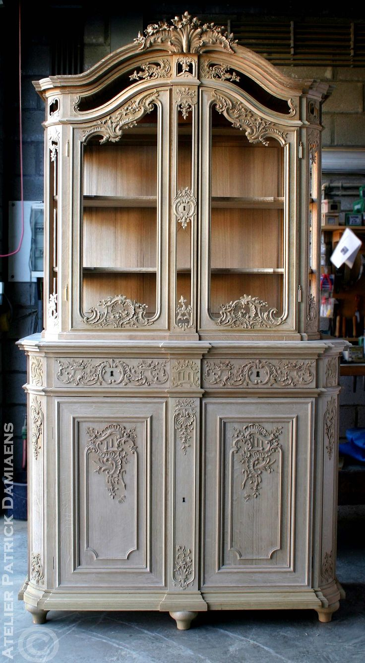 A liège style display cabinet, carved in oak http://www.patrickdamiaens.be