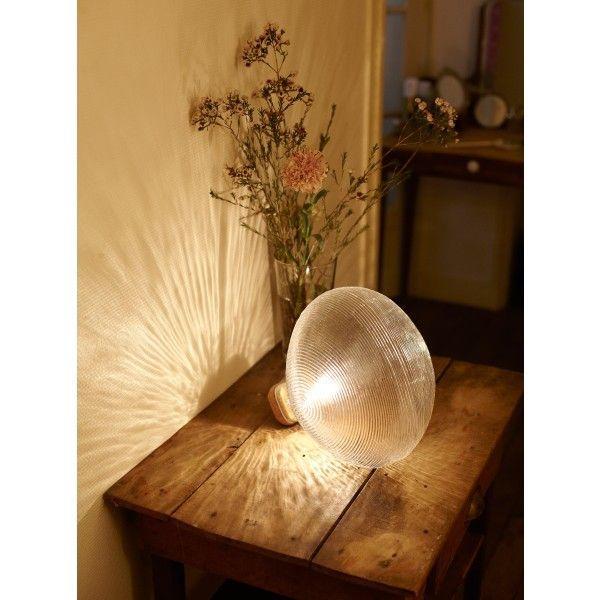 Een vissenkom, een waterdruppel of een ijsblokje? Nee, net niet. Een koplamp, dat is het. De structuur van deze Tidelight tafellamp is gebaseerd op de koplampen van klassieke auto's. @petitefriture1 #tafellamp #koplamp #lamp #design #Flinders